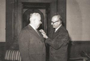 1955-56: Il Governatore Omero Ranelletti consegna il distintivo al primo Presidente Francesco Monti