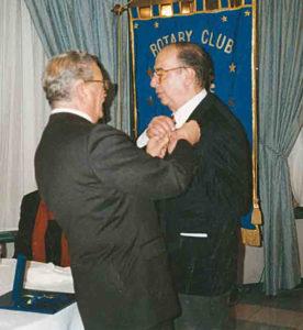 1998-99: Il Governatore Antonio Carosella consegna la P.H.F. all'avv. Salvatore Ruggiero
