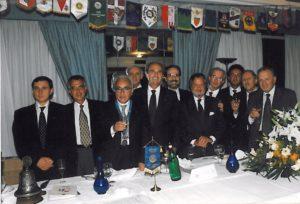 1998-99: Un gruppo di soci allo scambio delle consegne tra Salvatore Iovieno e Ugo Criscuolo