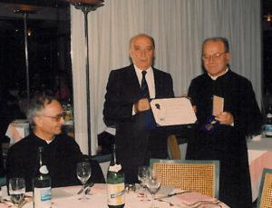 1993-94: Il Past President Elio Luise consegna la P.H.F. a Don Ciro Donnarumma