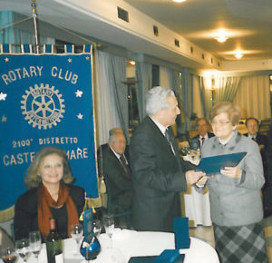 1997-98: Il Past Governor Dino Barbato consegna la P.H.F. alla sig.ra Edmonda Lignola