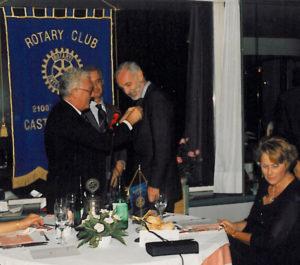 1993-94: Il Governatore Felice Badolati consegna il distintivo a Mimmo Talarico