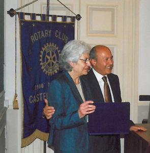 2001-02: Il Presidente Arienzo consegna il Premio Stabiesi Illustri alla dott.ssa Lilia Talarico