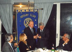 2000-01: Il Past President Amato consegna la P.H.F. a Nicola Festino