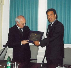 2003-04: Il Presidente Lauro consegna il Premio Stabiesi Illusttri a S.E. l'Ambasciatore Gianfranco Verderame